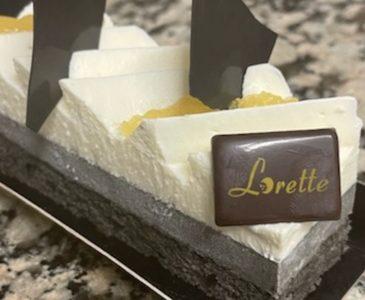 Entremets sésame noir et citron yuzu de Lorette, boulangerie à Paris